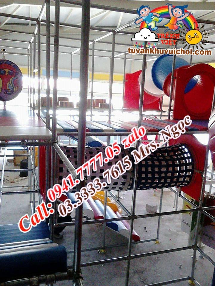 ống chui lưới trong khu vui chơi liên hoàn